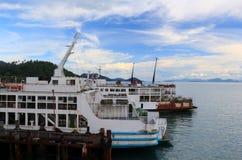 Το κρουαζιερόπλοιο ολοκληρώνει το χώρο στάθμευσης λιμένων Στοκ Εικόνες