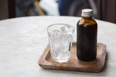 Το κρύο καφέ παρασκευάζει στο καφετί μπουκάλι Στοκ Εικόνες
