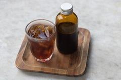Το κρύο καφέ παρασκευάζει στο καφετί μπουκάλι Στοκ φωτογραφία με δικαίωμα ελεύθερης χρήσης