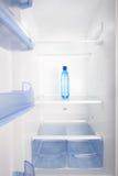 Το κρύο νερό τοποθετεί σε ράφι σε ένα κενό ψυγείο Στοκ φωτογραφία με δικαίωμα ελεύθερης χρήσης