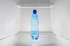 Το κρύο νερό τοποθετεί σε ράφι στο ψυγείο Στοκ φωτογραφίες με δικαίωμα ελεύθερης χρήσης