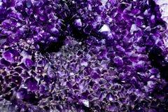 Το κρύσταλλο εδροτομεί πολύτιμους λίθους τη βιολέτα Στοκ Φωτογραφίες