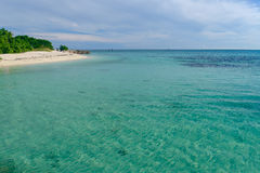 Το κρύσταλλο - καθαρίστε και ρηχά νερά στα νησιά του tropi στοκ εικόνα