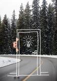 Το κρύψιμο ατόμων πίσω από επισύρει την προσοχή στο δρόμο Στοκ εικόνες με δικαίωμα ελεύθερης χρήσης