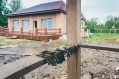 Το κτήριο ή το σπίτι είναι κάτω από την οικοδόμηση, την αναδιαμόρφωση, την ανακαίνιση, την επέκταση, την αποκατάσταση και την ανα στοκ φωτογραφίες