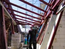 Το κτήριο είναι κάτω από την οικοδόμηση, πλαίσιο χάλυβα στεγών για το buildin στοκ φωτογραφία