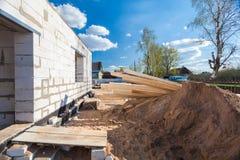 Το κτήριο είναι στην οικοδόμηση, την αναδιαμόρφωση, την ανακαίνιση, την επέκταση, την αποκατάσταση και την αναδημιουργία και το μ στοκ εικόνα