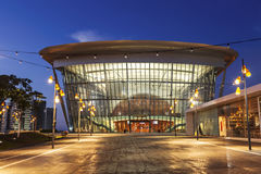 Το κτήριο θεάτρων σε Ashdod το βράδυ Στοκ Εικόνα