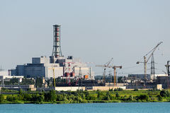 Το κτήριο και οι μονάδες στέγασης του πυρηνικού σταθμού Στοκ φωτογραφίες με δικαίωμα ελεύθερης χρήσης