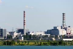 Το κτήριο και οι μονάδες στέγασης του πυρηνικού σταθμού Στοκ εικόνες με δικαίωμα ελεύθερης χρήσης