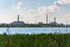 Το κτήριο και οι μονάδες στέγασης του πυρηνικού σταθμού Στοκ Φωτογραφία