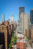 Το κτήριο και ο δρόμος της Νέας Υόρκης διαμορφώνουν την κορυφή στεγών Στοκ εικόνα με δικαίωμα ελεύθερης χρήσης
