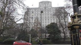 Το κτήριο με ένα μεγάλο ρολόι απόθεμα βίντεο