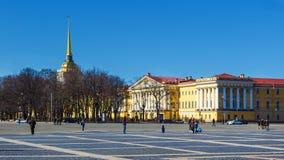 Το κτήριο ναυαρχείου στο τετράγωνο παλατιών σε Άγιο Πετρούπολη Στοκ Εικόνες