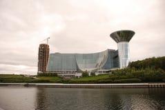Το κτήριο στον ποταμό Στοκ φωτογραφία με δικαίωμα ελεύθερης χρήσης