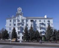Το κτήριο στο κύριο τετράγωνο Kramatorsk Ηλιόλουστη ημέρα τέλη Φεβρουαρίου στοκ φωτογραφία