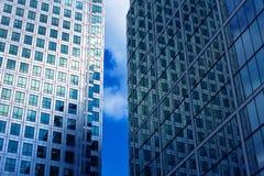 το κτήριο τα Windows γραφείων Στοκ εικόνες με δικαίωμα ελεύθερης χρήσης