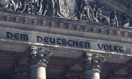Το κτήριο Reichstag στο Βερολίνο, Γερμανία με το DEM Deutschen Volke αφιέρωσης στοκ εικόνες