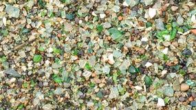 Το κτυπημένες γυαλί μπουκαλιών, το κεραμίδι και η κεραμική που υποβάλλονται σε επεξεργασία από το θαλάσσιο νερό Στοκ εικόνα με δικαίωμα ελεύθερης χρήσης
