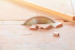 Το κυκλικό πριόνι έκοψε το ξύλο στον πίνακα με το διάστημα αντιγράφων προσθέτει το κείμενο Στοκ εικόνα με δικαίωμα ελεύθερης χρήσης