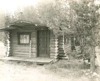 το κυνήγι σπιτιών δασοφυλάκων καμπινών κατοικεί τα δάση κούτσουρων Στοκ Φωτογραφία