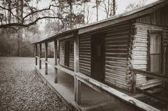 το κυνήγι σπιτιών δασοφυλάκων καμπινών κατοικεί τα δάση κούτσουρων Στοκ φωτογραφία με δικαίωμα ελεύθερης χρήσης