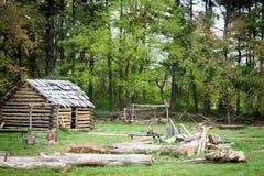 το κυνήγι σπιτιών δασοφυλάκων καμπινών κατοικεί τα δάση κούτσουρων Στοκ Φωτογραφίες
