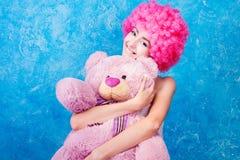 Το κωμικοί κορίτσι/η γυναίκα/ο έφηβος μπλε ματιών με τη ρόδινη σγουρή περούκα είναι HU Στοκ εικόνες με δικαίωμα ελεύθερης χρήσης