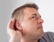 Το κωφό άτομο λοξοτομεί ακούει στοκ εικόνες