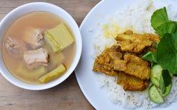 Το κόκκαλο χοιρινού κρέατος κάρρυ στο ρύζι τρώει με την πικρή βρασμένη αγγούρι σούπα Στοκ Εικόνα