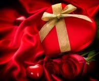 Το κόκκινο βαλεντίνων ακούει το δώρο Στοκ εικόνες με δικαίωμα ελεύθερης χρήσης