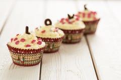 Το κόκκινο βελούδο Cupcakes ημέρας βαλεντίνων με ψεκάζει στο ελαφρύ άσπρο ξύλινο υπόβαθρο, οριζόντια άποψη Στοκ Εικόνες