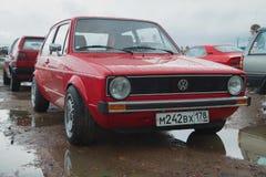 Το κόκκινο γκολφ του Volkswagen η πρώτη γενιά στο αναδρομικό αυτοκίνητο παρουσιάζει σε Kronstadt Στοκ Φωτογραφία