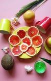 Το κόκκινο γκρέιπφρουτ τεμαχίζει καρύδων τα κίτρινα εσπεριδοειδούς μήλων juicy υγιή τρόφιμα πιάτων φλυτζανιών πιάτων πολτού πράσι στοκ φωτογραφίες