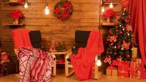 Το κόκκινο διακοσμημένο Χριστούγεννα σύνολο δωματίων παρουσιάζει απόθεμα βίντεο