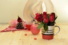 Το κόκκινο θέμα αυξήθηκε εκλεκτής ποιότητας ιδέα ντεκόρ μήλων λαμπτήρων backround Στοκ Φωτογραφία