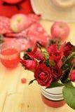 Το κόκκινο θέμα αυξήθηκε εκλεκτής ποιότητας ιδέα ντεκόρ μήλων λαμπτήρων backround Στοκ Εικόνα
