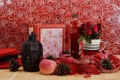 Το κόκκινο θέμα αυξήθηκε εκλεκτής ποιότητας ιδέα ντεκόρ μήλων λαμπτήρων backround Στοκ εικόνα με δικαίωμα ελεύθερης χρήσης