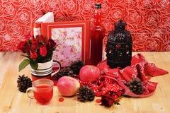 Το κόκκινο θέμα αυξήθηκε εκλεκτής ποιότητας ιδέα ντεκόρ μήλων λαμπτήρων backround Στοκ Φωτογραφίες
