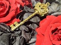 το κόκκινο και μαύρο χρυσό κλειδί Œa roseï ¼ Στοκ φωτογραφία με δικαίωμα ελεύθερης χρήσης