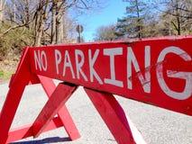Το κόκκινο κανένα σημάδι χώρων στάθμευσης εμποδίζει έναν δρόμο Στοκ φωτογραφία με δικαίωμα ελεύθερης χρήσης