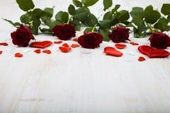 το κόκκινο καρδιών αυξήθη&k Στοκ Εικόνες