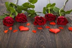 το κόκκινο καρδιών αυξήθη&k Στοκ φωτογραφία με δικαίωμα ελεύθερης χρήσης
