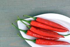 Το κόκκινο - καυτά πιπέρια τσίλι Στοκ Εικόνες