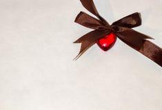 Το κόκκινο καφετί τόξο καρδιών whith Στοκ εικόνα με δικαίωμα ελεύθερης χρήσης