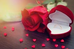 Το κόκκινο κιβώτιο βελούδου, κόκκινο αυξήθηκε και μικρές καρδιές Στοκ Εικόνες