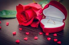 Το κόκκινο κιβώτιο βελούδου, κόκκινο αυξήθηκε και μικρές καρδιές Στοκ φωτογραφία με δικαίωμα ελεύθερης χρήσης