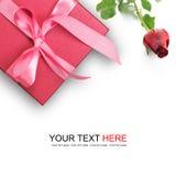 Το κόκκινο κιβώτιο δώρων με το κόκκινο αυξήθηκε Στοκ Εικόνες