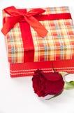 Το κόκκινο κιβώτιο δώρων με το κόκκινο αυξήθηκε Στοκ εικόνες με δικαίωμα ελεύθερης χρήσης