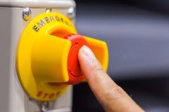 Το κόκκινο κουμπί έκτακτης ανάγκης ή κουμπί στάσεων για τον Τύπο χεριών Κουμπί ΣΤΑΣΕΩΝ για τη βιομηχανική μηχανή Στοκ Φωτογραφία